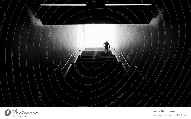 out of the dark Mensch Jugendliche Mann 18-30 Jahre Architektur Lifestyle Erwachsene Wand Mauer gehen Treppe maskulin Stadtzentrum Bahnhof Kleinstadt