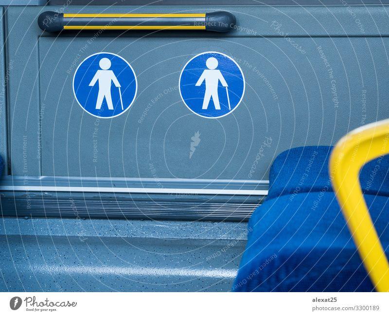 Zeichen für den reservierten Sitz älterer Menschen in öffentlichen Verkehrsmitteln Ferien & Urlaub & Reisen Frau Erwachsene Öffentlicher Personennahverkehr