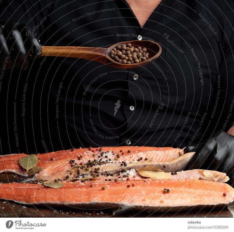 Lachskarkasse Fleisch Fisch Meeresfrüchte Kräuter & Gewürze Ernährung Abendessen Löffel Tisch Küche Mann Erwachsene Handschuhe Holz frisch rot schwarz