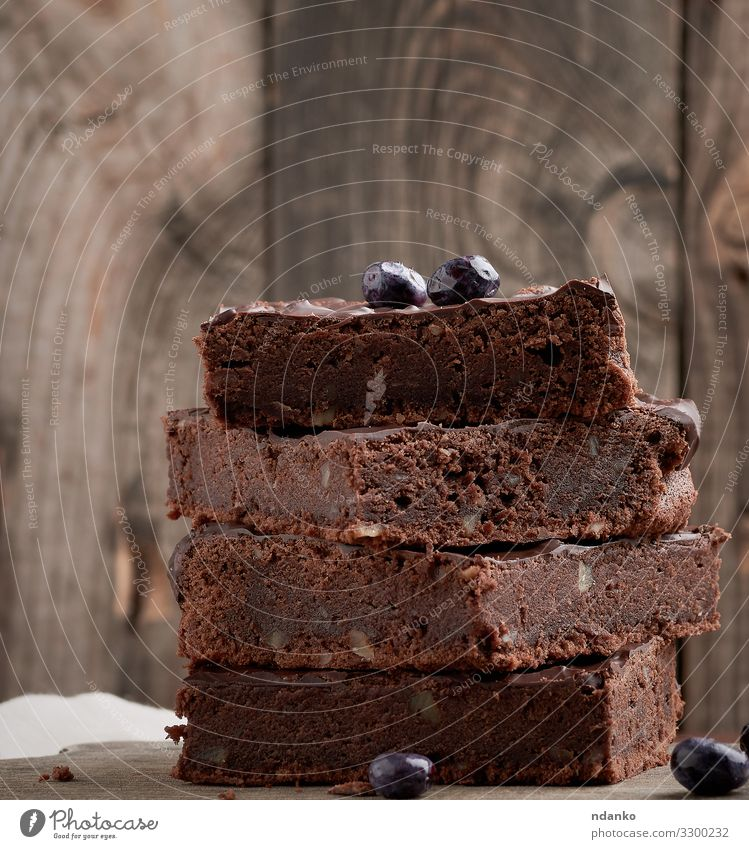 Brownie-Schokoladenkuchen mit Walnüssen Kuchen Dessert Süßwaren Ernährung Essen Kakao Tisch Holz dunkel frisch lecker braun schwarz Tradition Stapel Pasteten