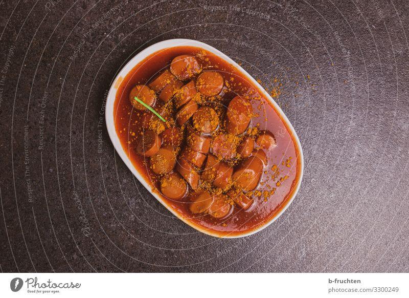 Currywurst Lebensmittel Wurstwaren Ernährung Fastfood Teller Besteck Essen genießen frisch ungesund Currywurstbude Saucen Farbfoto Innenaufnahme Menschenleer