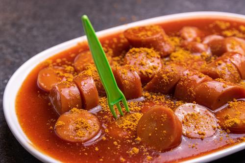 Currywurst Lebensmittel Wurstwaren Ernährung Fastfood Geschirr Teller Gabel Gesunde Ernährung Essen ungesund Würzig Teile u. Stücke Saucen Deutschland Speise