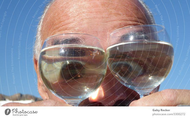 Glubschaugen durch das Weinglas betrachtet Mensch maskulin Mann Erwachsene Leben Kopf Auge 1 45-60 Jahre Stimmung Freude Fröhlichkeit Coolness lustig Farbfoto