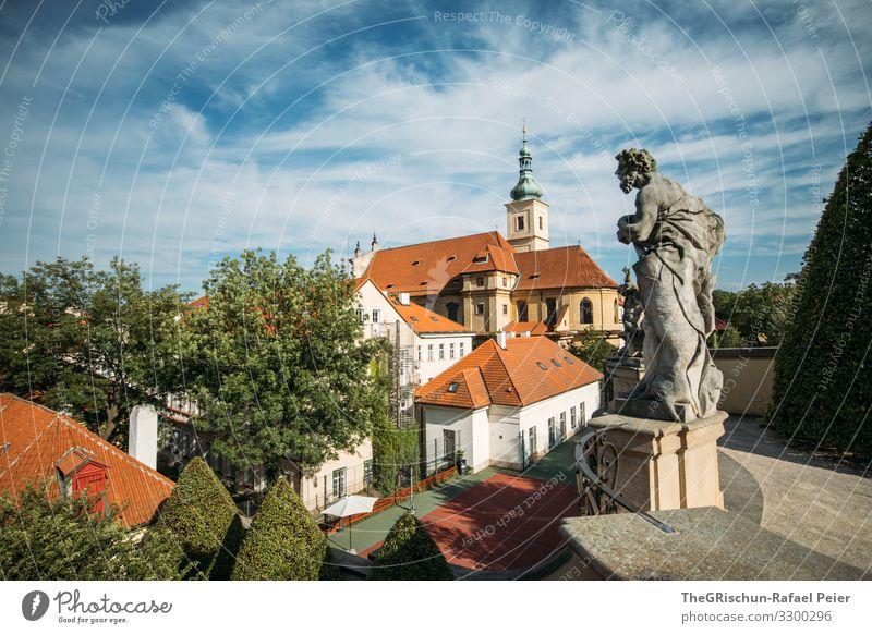 Prag Stadt Hauptstadt blau orange weiß Himmel Wolken Dach Statue Skulptur Kirche Tschechien Garten Tourismus Farbfoto Außenaufnahme Menschenleer