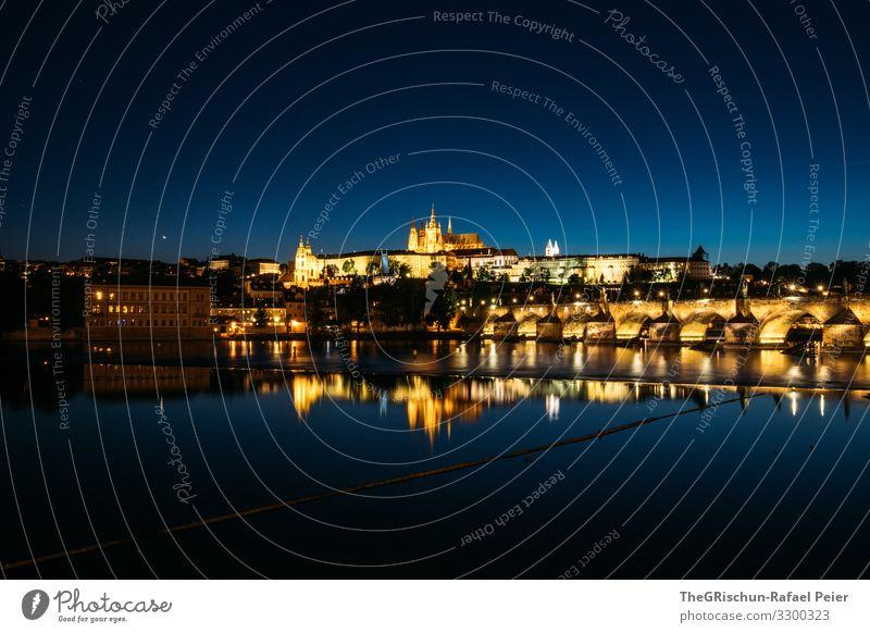 Prag bei Nacht Stadt Hauptstadt blau gelb gold Reflexion & Spiegelung Kirche Licht Langzeitbelichtung Tschechien Wasser Farbfoto Außenaufnahme Menschenleer