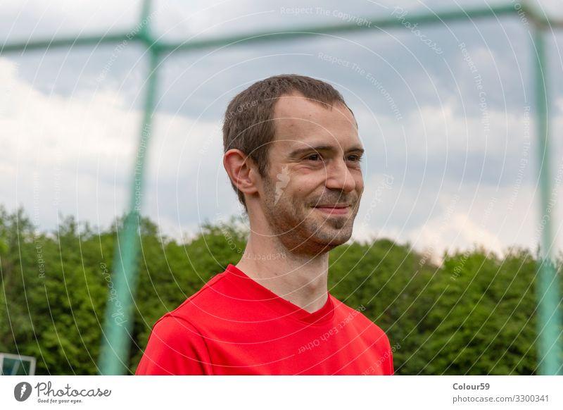 Portrait von jungem Sportler Lifestyle Freizeit & Hobby Fußballplatz Mensch Mann Erwachsene 1 30-45 Jahre Bewegung portrait lächeln draussen sportler fussball
