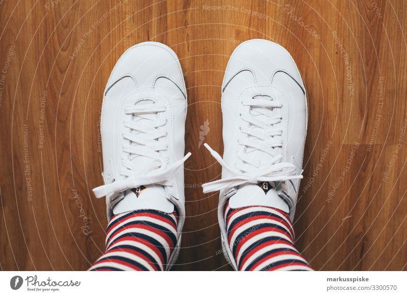 Weisse Leder Sneaker mit Streifensocken Mensch Stadt weiß Freude Beine Erwachsene Leben Familie & Verwandtschaft Fuß Mode Freundschaft maskulin Schuhe