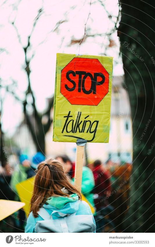 STOP TALKING Lifestyle Veranstaltung Bildung Wissenschaften Technik & Technologie Energiewirtschaft Energiekrise Junge Frau Jugendliche Erwachsene Leben Rücken