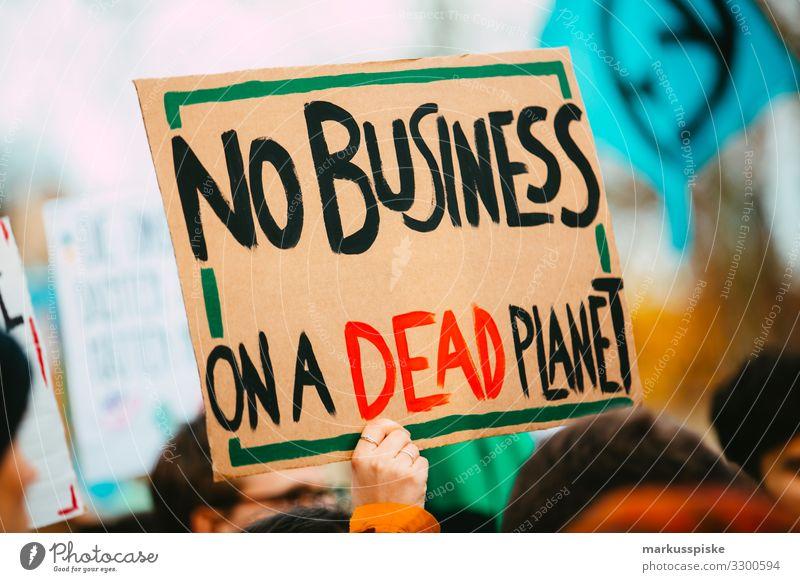 NO BUSINESS ON A DEAD PLANET Jugendliche Lifestyle Erwachsene Leben Umwelt Bewegung Party Menschengruppe Verkehr Technik & Technologie Zukunft