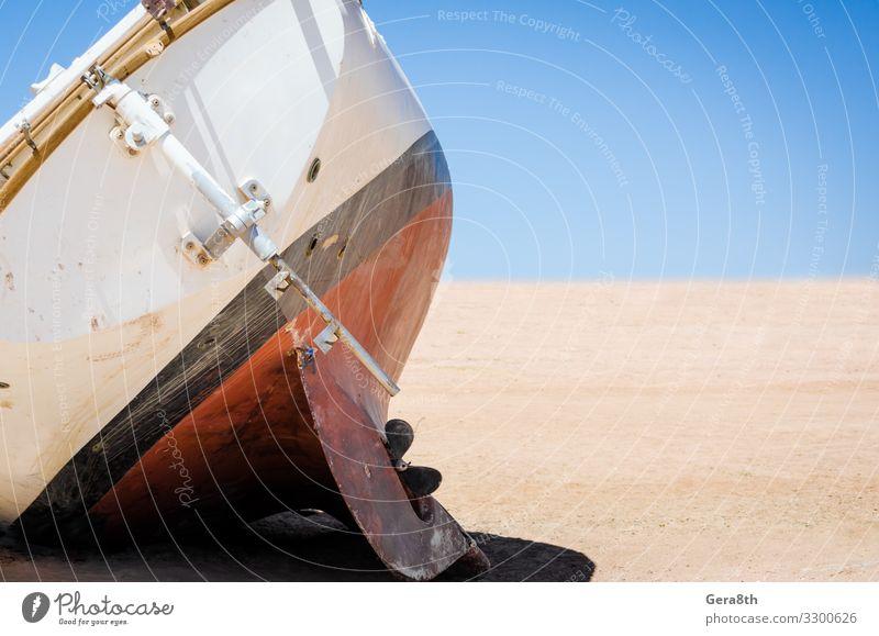 alte kaputte Yacht lag auf dem Sand in der Wüste in Ägypten Ausflug Sommer Natur Himmel Horizont Verkehr Jacht Wasserfahrzeug Holz heiß blau rot schwarz weiß