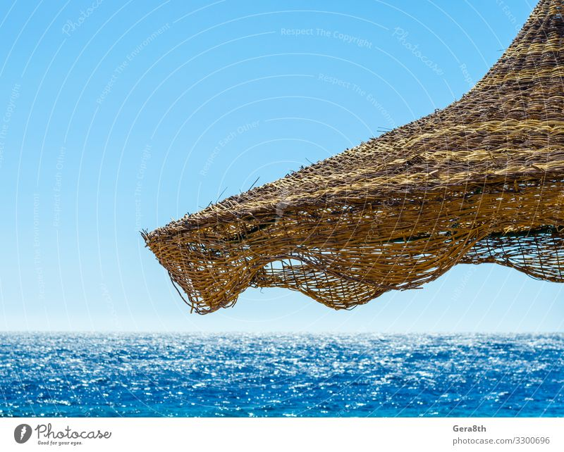 Strandschirm aus Korbgeflecht vor der Kulisse des Roten Meeres Erholung Ferien & Urlaub & Reisen Tourismus Sommer Wellen Tapete Natur Himmel Horizont Holz