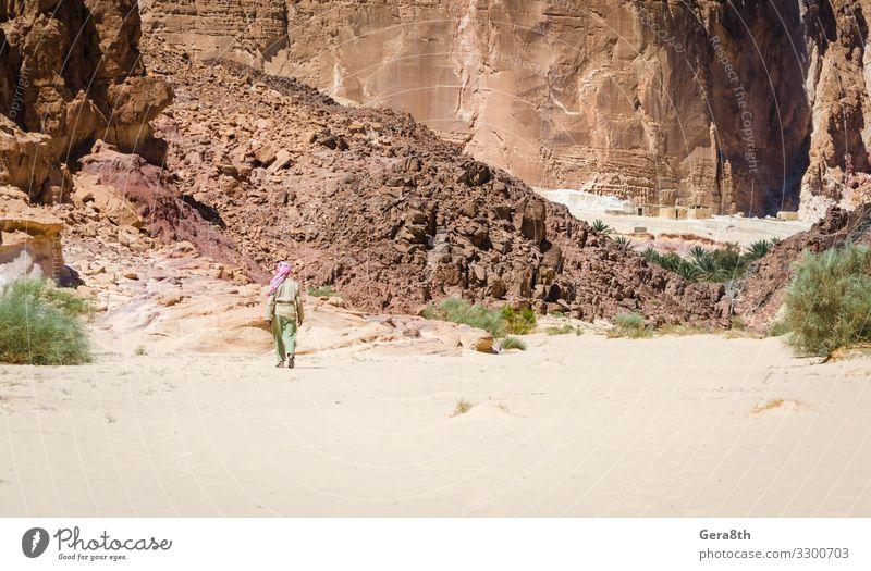 Beduine gehen in ein Dorf in der Wüste in Ägypten Dahab exotisch Ferien & Urlaub & Reisen Tourismus Sommer Berge u. Gebirge Haus Mann Erwachsene Natur