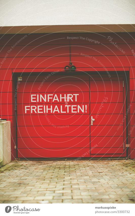 Einfahr freihalten rotes Garagentor Lifestyle Reichtum Haus Traumhaus Stadt Bauwerk Gebäude Architektur Farbfoto Außenaufnahme Menschenleer Textfreiraum links