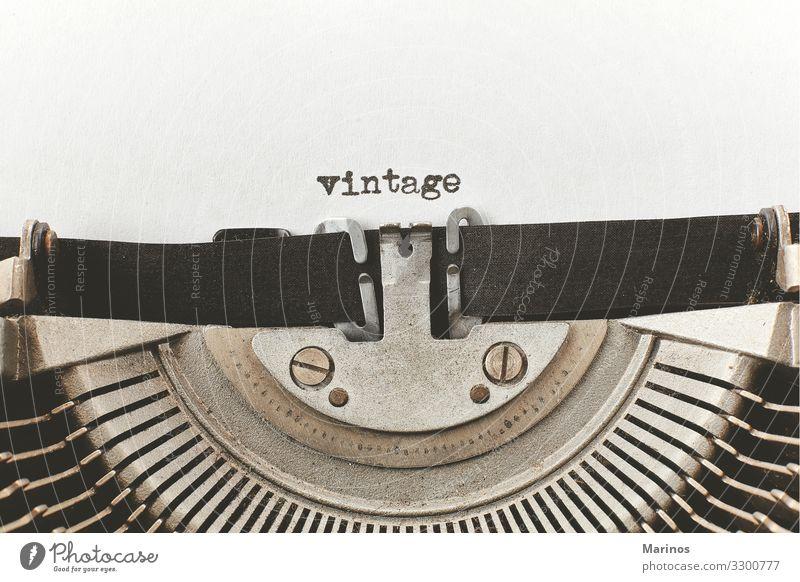 alte Wörter auf einer alten Schreibmaschine getippt Design Glück Arbeitsplatz Büro Business Maschine Papier Metall retro schwarz weiß Idee altehrwürdig