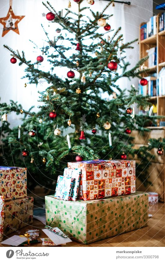 Weihnachtsbaum mit Geschenken Jugendliche Weihnachten & Advent Freude Lifestyle Leben Senior Familie & Verwandtschaft Glück Feste & Feiern Häusliches Leben