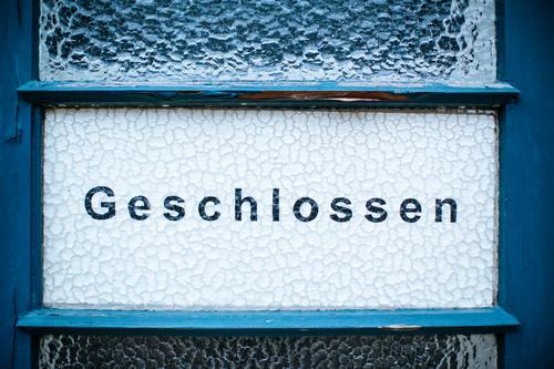 Geschlossen Lifestyle Zeichen Schriftzeichen Ziffern & Zahlen Schilder & Markierungen geschlossen Tür Glas lesen Farbfoto Außenaufnahme Menschenleer
