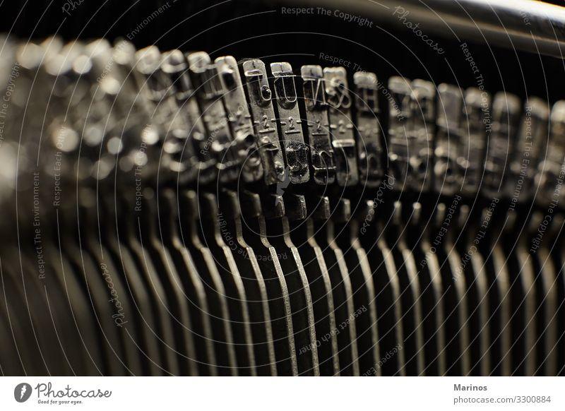 alte Schreibmaschinenschilder, die mit Buchstaben und Symbolen angeschlagen sind. Büro Business Technik & Technologie Zeitung Zeitschrift Metall schreiben retro
