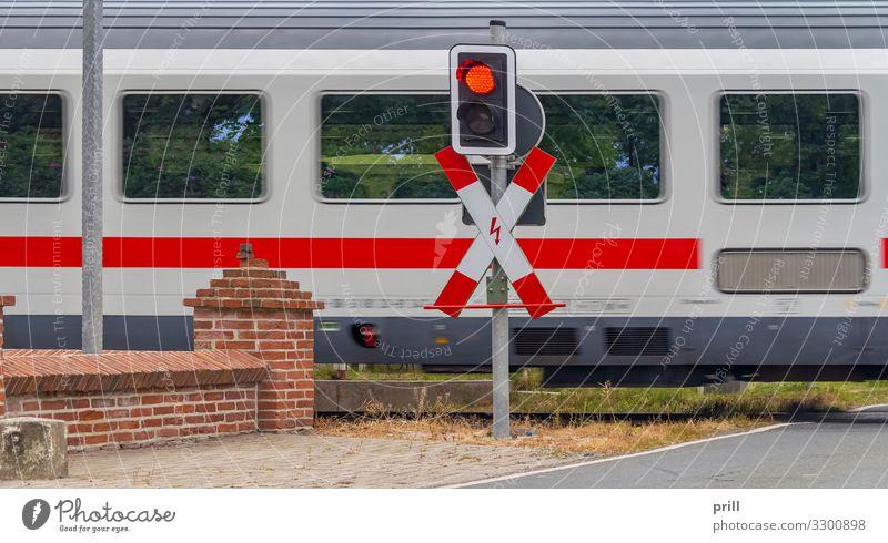 level crossing Ampel Eisenbahn Lokomotive Bahnübergang Andreaskreuz Geschwindigkeit gefährlich eisenbahnlinie schnittfläche Übergang bahnschienenübergang
