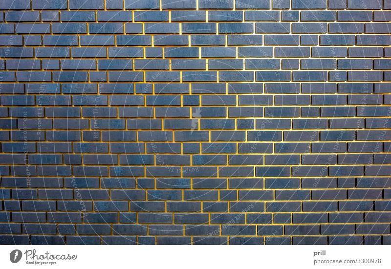 golden gaps Bauwerk Gebäude Architektur Mauer Wand Fassade Metall Backstein glänzend dunkel Baustein Backsteinwand Fuge Verbindung Naht lehmziegel formatfüllend