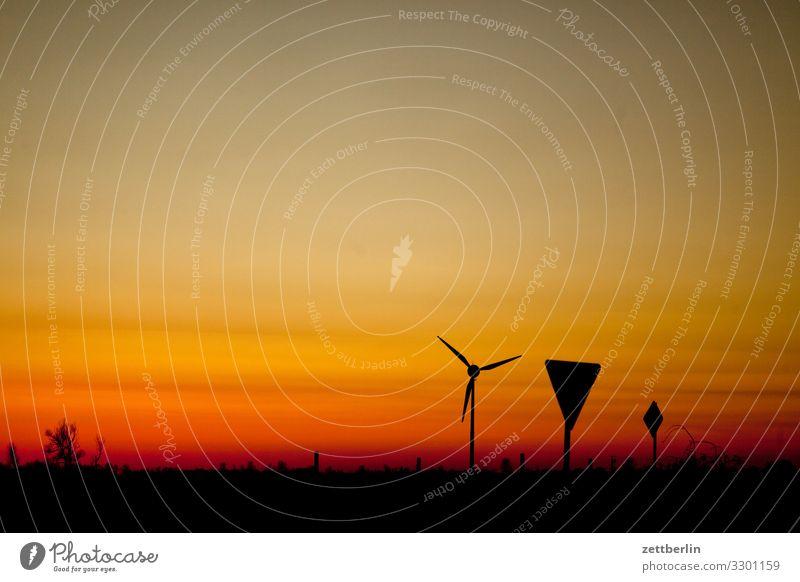 Windrad und Verkehrsschilder Dorf Dämmerung Ferne Horizont Landschaft Mecklenburg-Vorpommern Menschenleer Ostsee Rügen Sonne Sonnenuntergang Textfreiraum