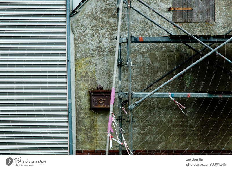 Baustelle Dorf Fischerdorf Mecklenburg-Vorpommern Haus Gerüst Baugerüst Rollo Jalousie Ladengeschäft Schaufenster geschlossen ruhig ruhetag Putz rau Briefkasten