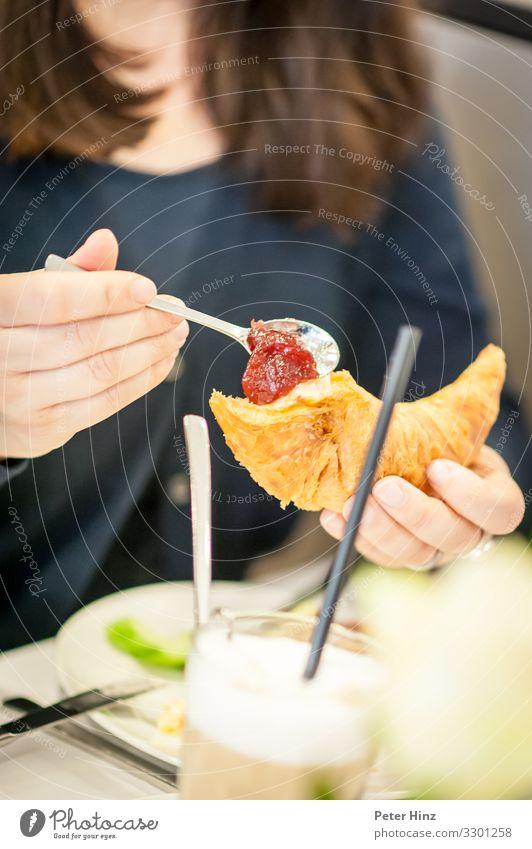 Frühstücken mit Croissant und Marmelade Teigwaren Backwaren Essen Kaffeetrinken Büffet Brunch Getränk Heißgetränk Latte Macchiato Teller Glas Trinkhalm Besteck