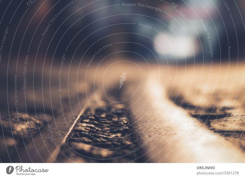 Straße mit Schienen in der Nacht und Autoscheinwerfer im Hintergrund Menschenleer Verkehrswege Straßenverkehr Gleise Straßenbahngleis bedrohlich dunkel blau