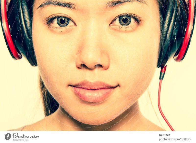 Asian Sounds Frau Mensch Kopf Kopfhörer Musik Klang Blick in die Kamera Mädchen Diskjockey Chinesisch Asiate lachen Lächeln Porträt Disco Studioaufnahme