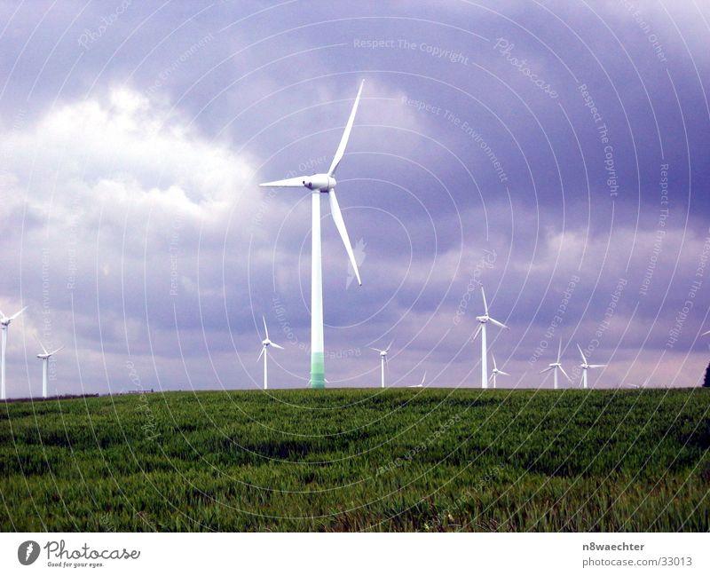 Windkraft-2 Wolken dunkel Turm Windkraftanlage Unwetter Erneuerbare Energie Farbenspiel