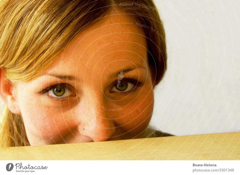 Überraschung - junge hübsche Frau flirtet mit dem Publikum Junge Frau attraktiv Flirt Beobachter schön schöne Augen Blick Blickkontakt Beautyfotografie Glück