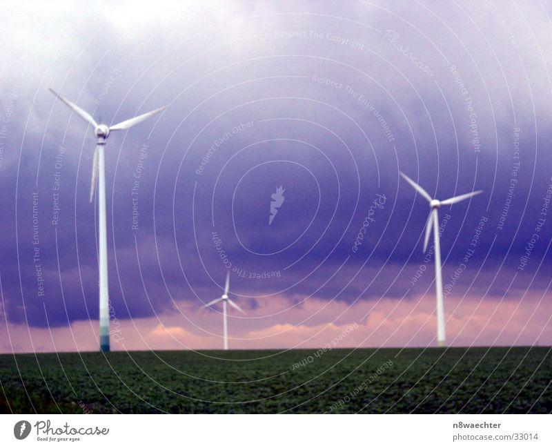 Windkraft-1 Wolken dunkel Turm Windkraftanlage Unwetter Farbenspiel