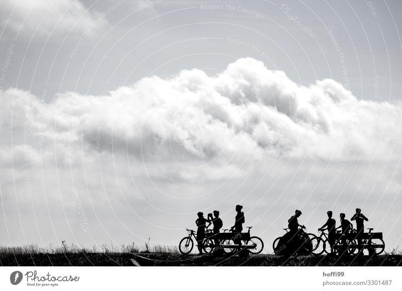 Silhouette von pausierenden Radfahrern auf einem Berg mit Wolken Freizeit & Hobby Mountainbiking Mountainbike Ausflug Abenteuer Fahrradtour Berge u. Gebirge