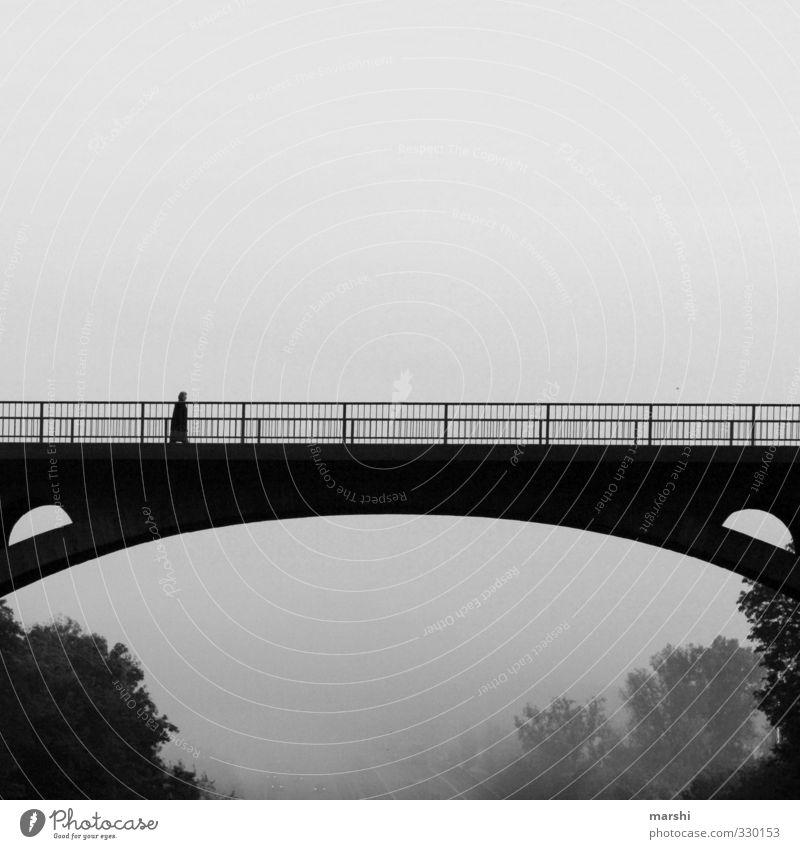 grau in grau Mensch 1 Landschaft Klima schlechtes Wetter Nebel Stadt Brücke Gefühle Brückengeländer Brückenbau trist gehen Schwarzweißfoto Außenaufnahme