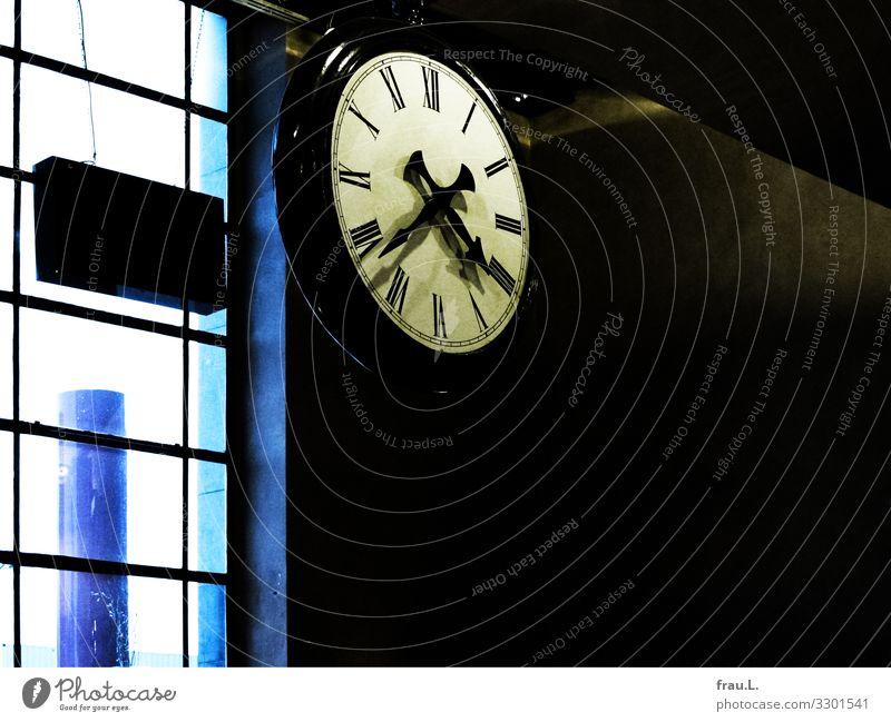 Uhr in Belgien Städtereise Brügge Bahnhof alt Zeit Fenster schmuddelig Farbfoto Textfreiraum rechts Textfreiraum unten Tag