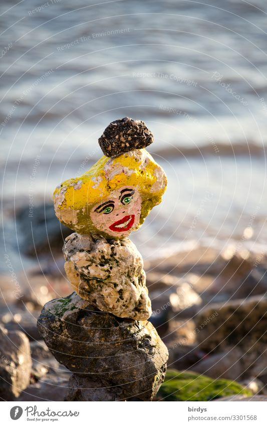Frau Stein am Wasser Freizeit & Hobby Spielen feminin 1 Mensch Sommer See Fluss blond Steinfigur Blick authentisch fest Freundlichkeit nachhaltig niedlich