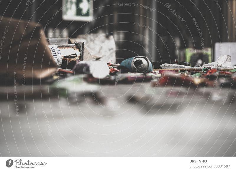 Müll von Silvester Umwelt Menschenleer Getränkedose Tüte dreckig Ekel grau rot schwarz weiß Gedeckte Farben Außenaufnahme Textfreiraum unten Tag