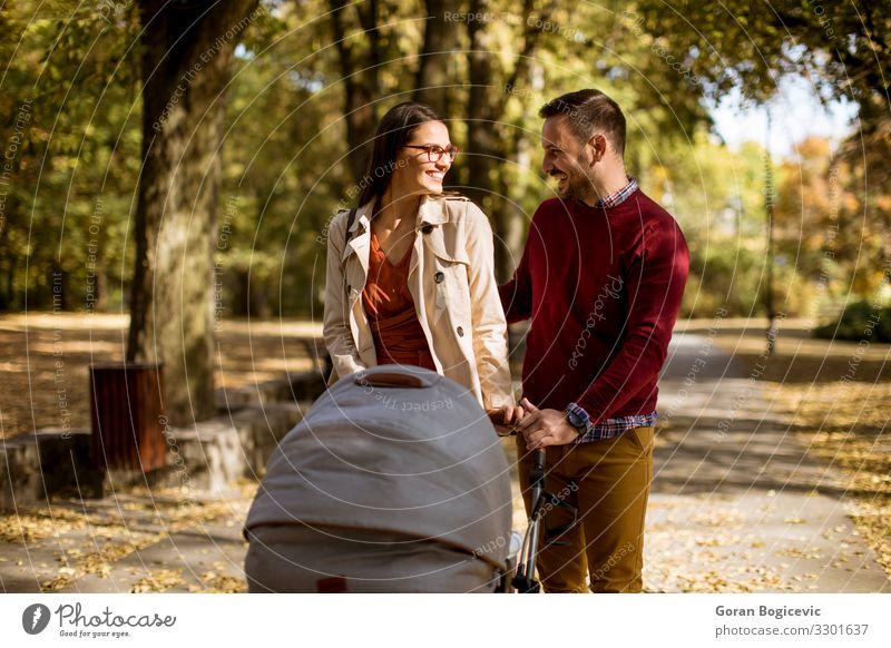 Glückliche junge Eltern beim Spaziergang im Park Lifestyle Freizeit & Hobby Kind Mensch Baby Frau Erwachsene Mann Mutter Vater Familie & Verwandtschaft Paar