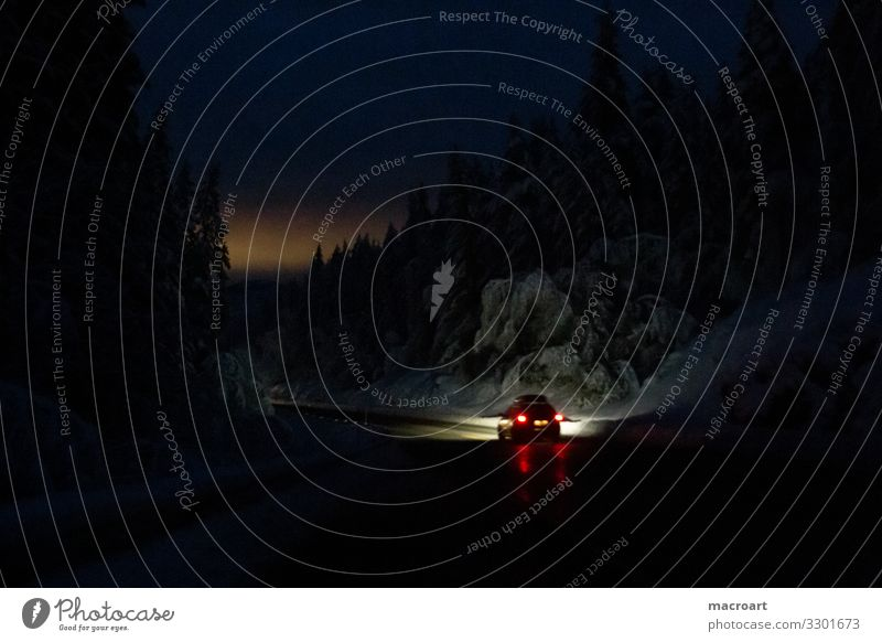 Nachtfahrt Natur Landschaft rot dunkel Straße Schnee Schneefall Verkehr Skandinavien Autofahren Glätte Scheinwerfer Autoscheinwerfer Bremse Serpentinen