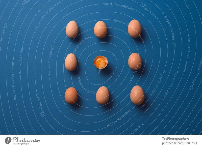 Gesunde Ernährung natürlich frisch Diät Ei sehr wenige Eigelb Eierschale Blauer Hintergrund
