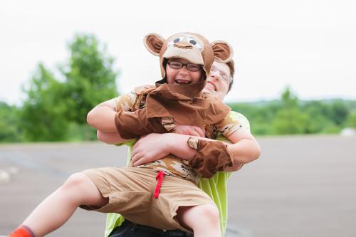 Kleiner Affe Junge Bruder 2 Mensch 3-8 Jahre Kind Kindheit 13-18 Jahre Jugendliche Lächeln lachen Fröhlichkeit Zusammensein niedlich Liebe Freude Kostüm