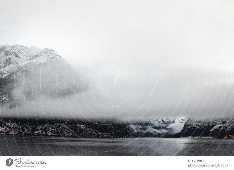 winterlandschaft in Norwegen Winterlandschaft Berge u. Gebirge Außenaufnahme Schnee Wasser Himmel Natur Fjord weiß Wolken Ferien & Urlaub & Reisen Skandinavien