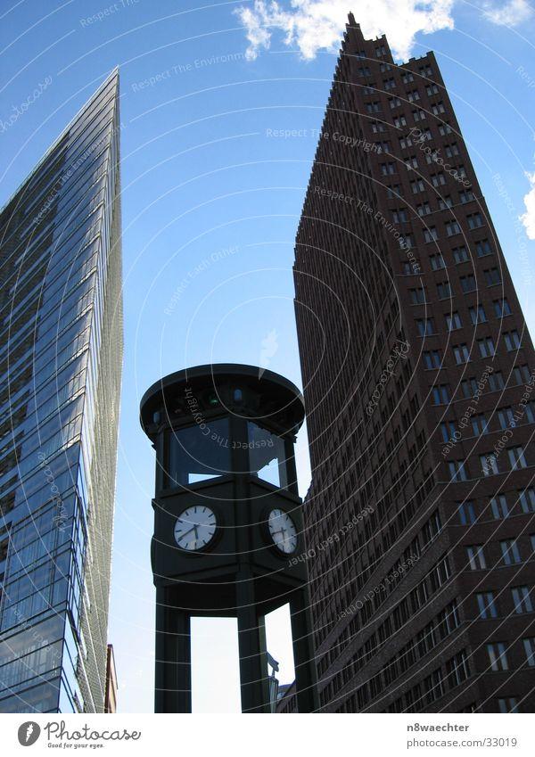 Vergangenheit und Gegenwart Potsdamer Platz Uhr historisch Hochhaus Architektur Berlin Hausschlucht Himmel blau stürzende Linien Kontrast