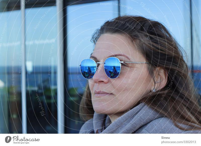 Gute Aussichten Frau Ferien & Urlaub & Reisen blau Erholung ruhig Ferne Erwachsene Tourismus Zufriedenheit träumen Lebensfreude beobachten Coolness