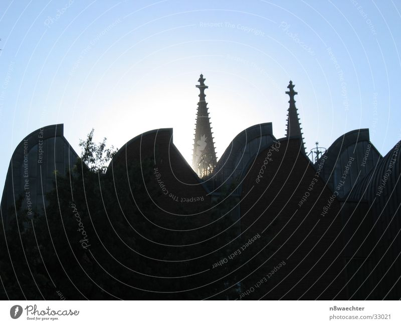 (Phil)Harmonie Gebäude historisch Berliner Philharmonie Köln Architektur Kontrast Himmel Turm Dom alt neu modern Lichterscheinung