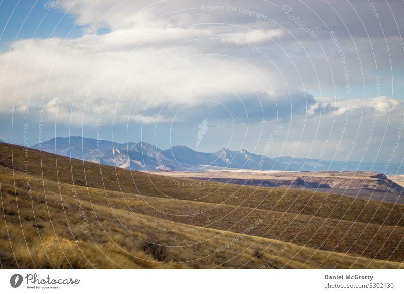 Felsige Berglandschaft mit Rolling Hills Natur Landschaft Erde Himmel Wolken Herbst Winter Schönes Wetter Pflanze Gras Hügel Berge u. Gebirge Rocky Mountains