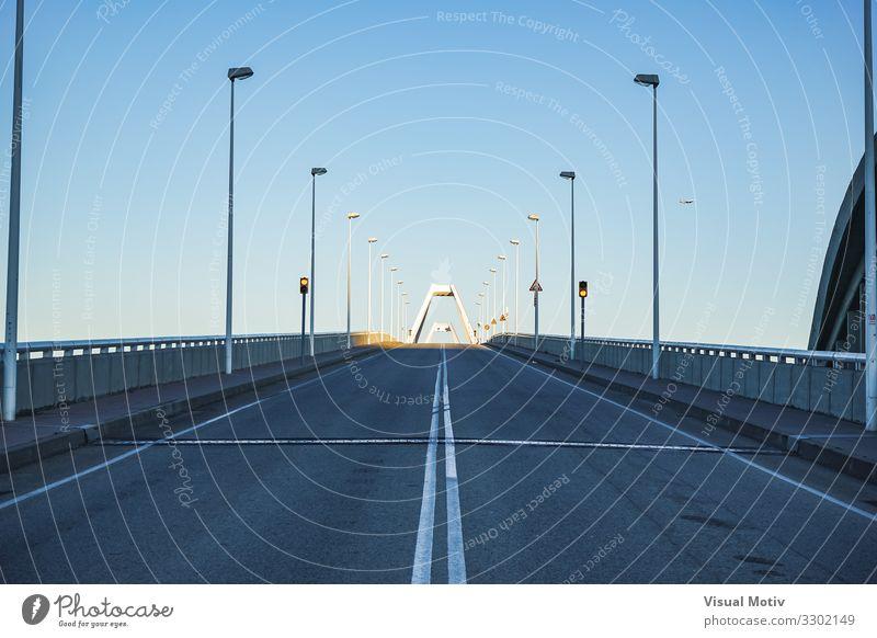 Nachmittagslichter am Ende einer leeren Brücke Stadt Bauwerk Architektur Wege & Pfade Hochstraße Beton Metall Stahl ästhetisch authentisch Ferne schön