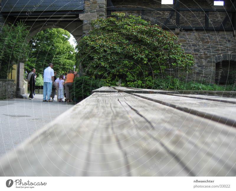 Neben der Spur Baum grün Ferne Holz grau mehrere Bank Reihe Torbogen Maserung Fluchtlinie