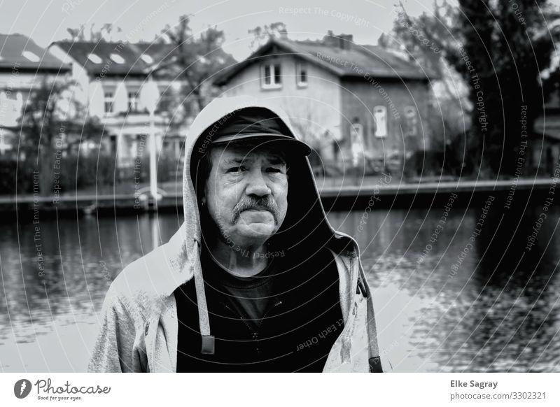 Menschen am Rand der Gesellschaft maskulin Männlicher Senior Mann 1 60 und älter Blick stehen authentisch Freundlichkeit Langeweile Müdigkeit Sehnsucht