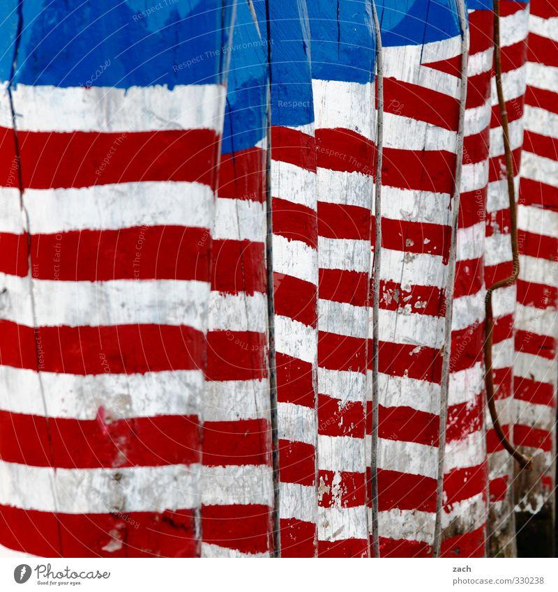 stripes without stars Hafen Fassade Holz Zeichen Streifen Fahne blau rot weiß Stars and Stripes USA mehrfarbig Außenaufnahme Muster Menschenleer