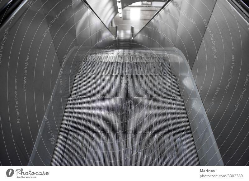 Rolltreppe im Terminal. Design Business Verkehr Eisenbahn U-Bahn modern Perspektive nach oben Attrappe Station Plakatwand Treppe unterirdisch Großstadt urban